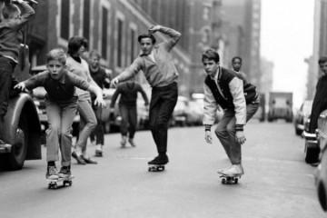 Replongez en 1965 et découvrez des photos de la jeunesse de cette époque en pleine découverte des joies du skateboard.