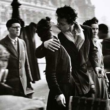 robert-doisneau_le-baiser-de-lhotel-de-ville-3