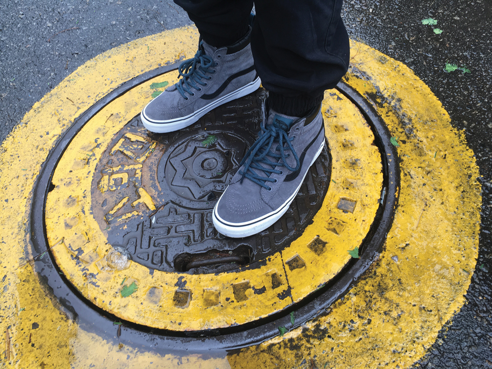 ho16_classics_awmte_standing_on_sewer_hole_apac-vans-folkr