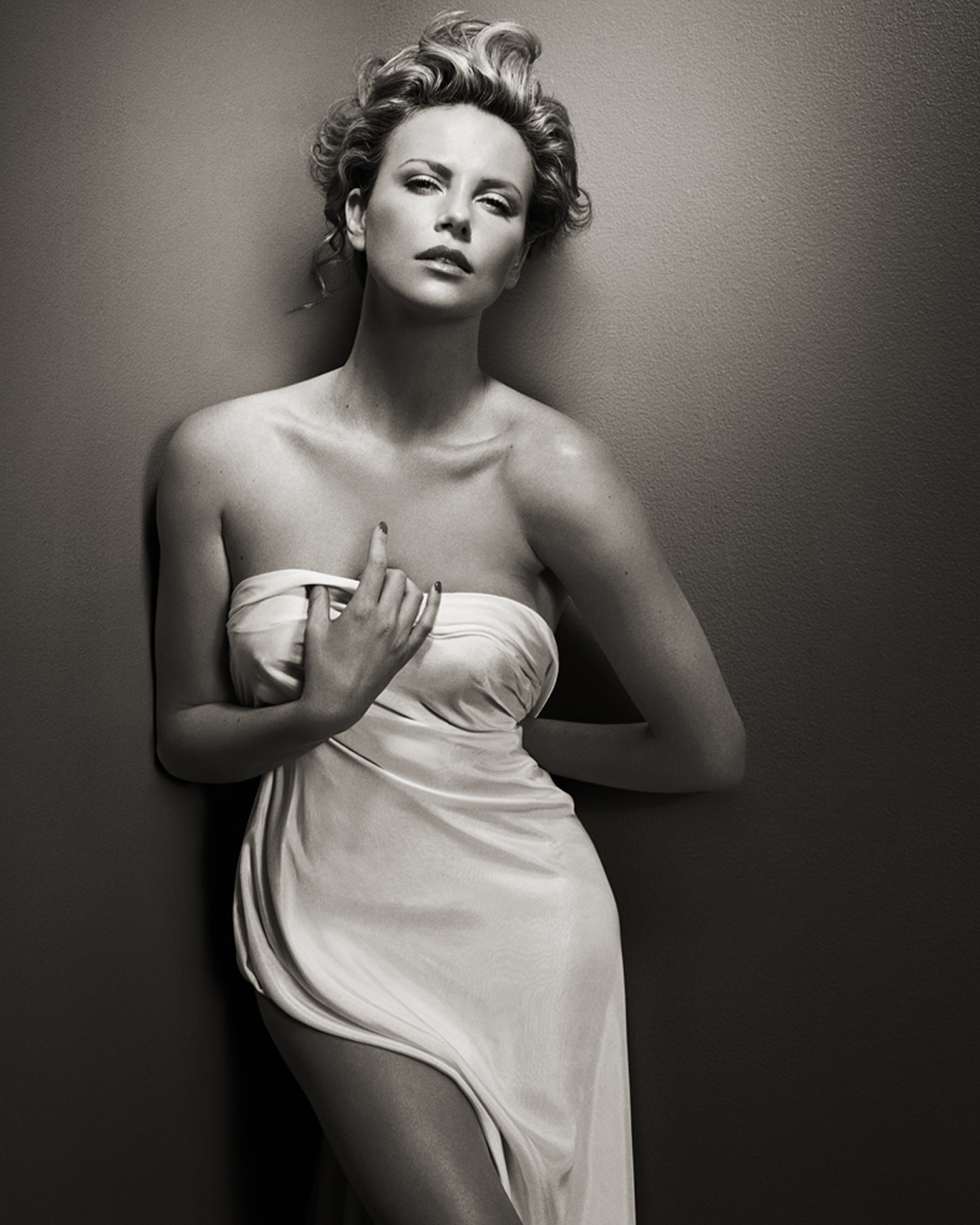 charlize-theron-par-Vincent-Peters-exposition-hune-paris-folkr