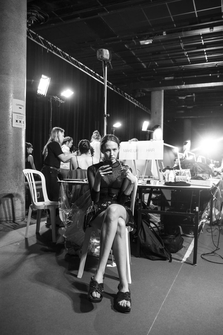 backstage-defile-homme-femme-ss18-folkr-backstage-viktorrolf-haute-couture-automne-hiver-2017-201811
