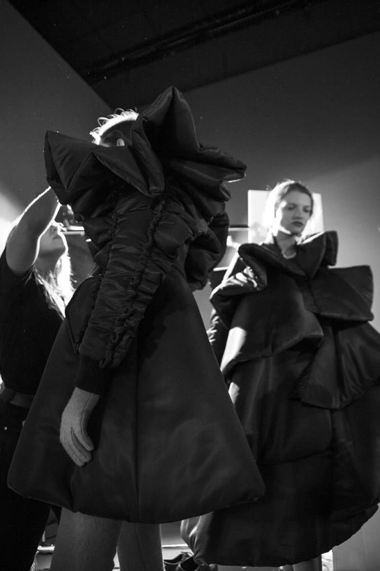 backstage-defile-homme-femme-ss18-folkr-backstage-viktorrolf-haute-couture-automne-hiver-2017-201813