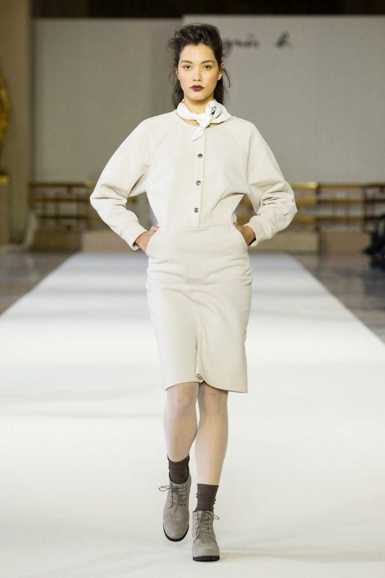 bcd500af74 ... les couleurs pastels et les matières se veulent fluides. Foulard autour  du cou et fleur brodée sur la veste, le style de Laure-Hélène est  romantique.
