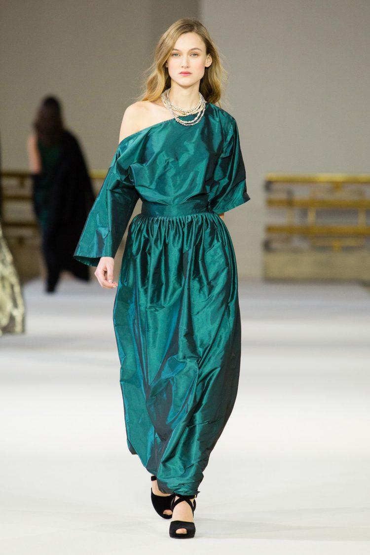 6925df6d6b Les silhouettes sont faciles à porter et actuelles. Et évidemment, le show  se termine par une robe de mariée, sans ça ce ne serait pas du Agnès b.